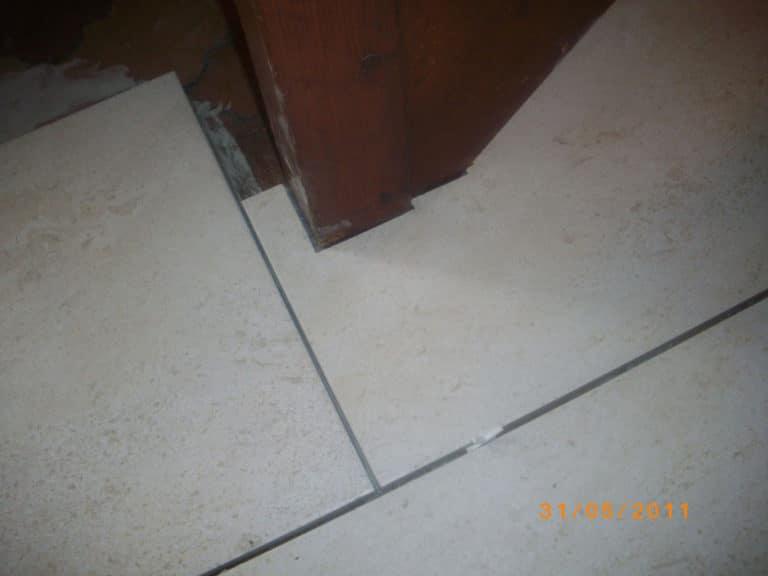 Découpe de précision d'un carrelage intérieur dans les angles d'un escalier