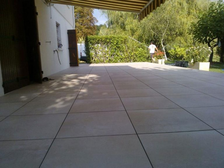 Grande terrasse avec des dalles grand format