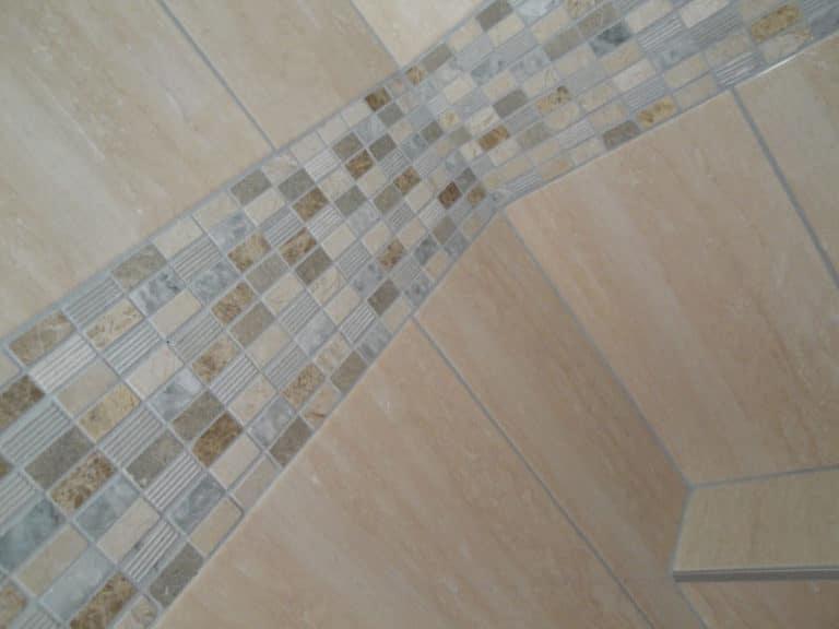 Angle de la douche avec la tête de la cloison. Finition soignée grâce à l'utilisation de baguettes en alu