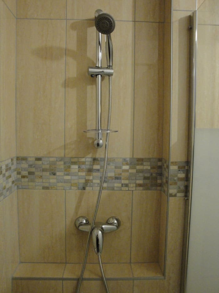 La création de la tête de cloison sert d'étagère pour les produits douche