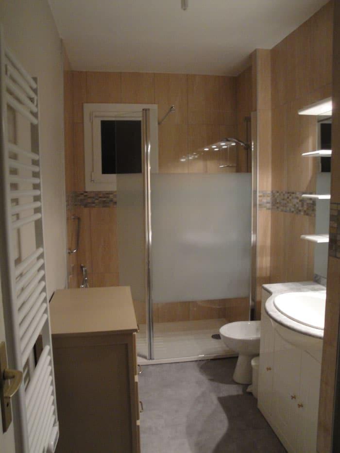 La salle de bain rénovée et réaménagée avec pose d'un bidet et d'un radiateur sèche-serviette