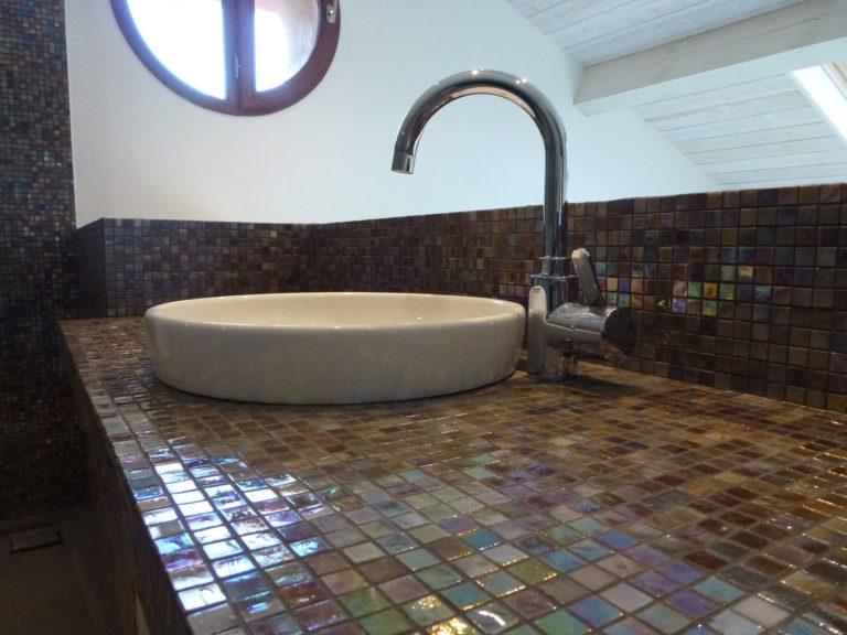 Lavabo sur unn meuble à mosaïque brun
