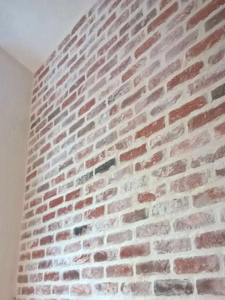 Un mur intérieur réalisé avec des briques