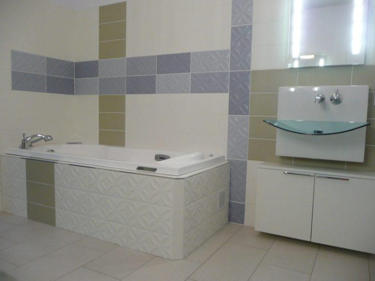 Une salle de bain avec baignoire et un lavabo transluicide