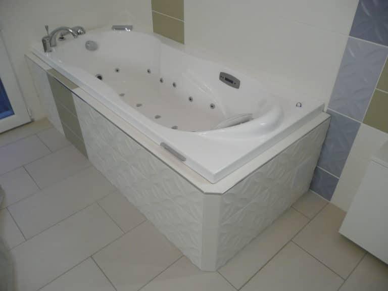Salle de bain avec baignoire à buses