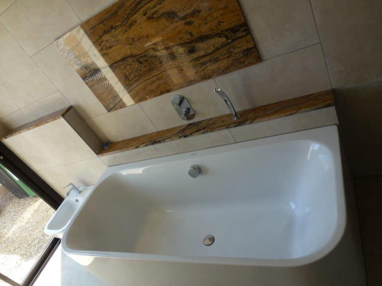 Salle de bain avec carrelage beige et éléments en marbre