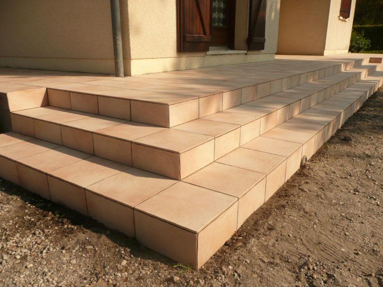 Terrasse dallée avec escalier