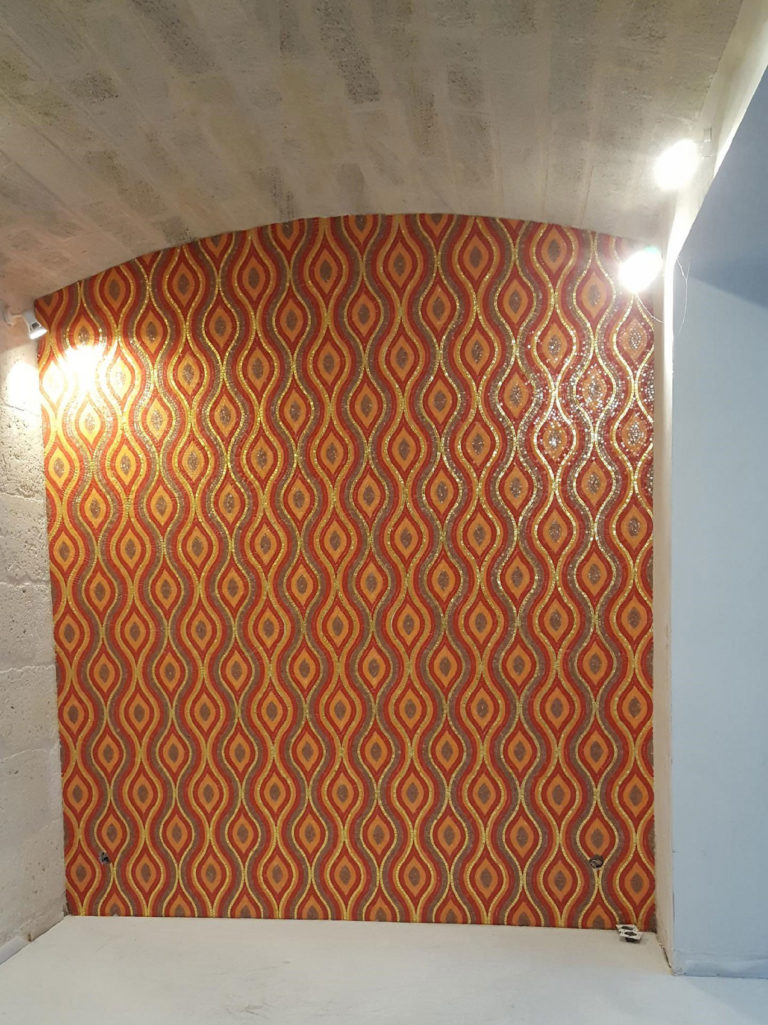 Mur avec mosaïque Bisazza orange/or