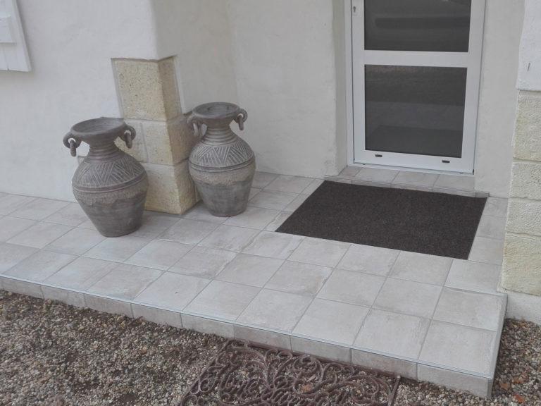Sol à carrelage extérieur avec tapis d'entrée